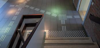 Wir liefern und montieren Blindenleitsystem aus Edelstahl und Kunststoff für die Innen- und Außenbereich.
