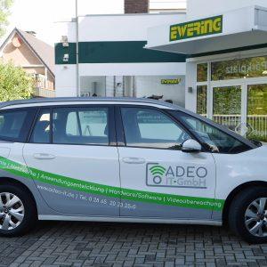 Firmenfahrzeug Adeo IT-GmbH Fahrzeugbeschriftung Werbetechnik