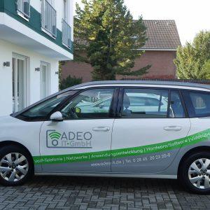 Fahrerseite Fimenfahrzeug Adeo IT-GmbH Fahrzeugbeschriftung Werbetechnik