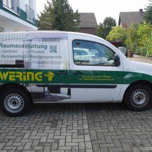 Kangoo Firmenfahrzeug Ewering Raumdesign Raumausstattung Fahrzeugbeschriftung Beifahrer Werbetechnik