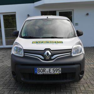 Frontansicht Werbetechnik Fahrzeugbeschriftung Firmenfahrzeug Kangoo Ewering Raumdesign Raumausstattung
